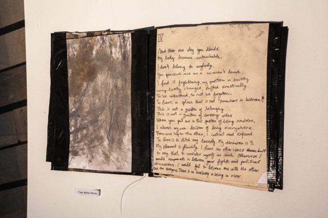 >> Tisa Neža Herlec <<  Tisa Neža Herlec (1996) zaključuje dodiplomski študij slikarstva na ljubljanski ALUO, med leti 16/17 je študirala na École des Beaux-Arts Dijon v Franciji, v času pomladi 2019 pa na Academie Minerva v Groningenu na Nizozemskem. Na področju umetnosti interdisciplinarno združuje medije, v zadnjem času se posveča predvsem zvoku in performativnosti. Raziskuje področja improvizacije, noisa in eksperimentalnega zvočenja. Ukvarja se s skupnim in vsakdanjim, stremi k razumevanju časa in prostora, okoliščin, v katerih živi in deluje. Od leta 2015 je del kolektiva Modri kot, prostora v AT Rog. Aktivno razstavlja in nastopa doma in v tujini. Je štipendistka MOL.  ><<  Tisina dela so razstavljena v sklopu naše letošnje pregledne razstave, ki je na ogled do 8. novembra v Kinu Šiška vsak dan med 12:00 in 22:00.  ><<  foto: Urška Boljkovac, arhiv KŠ #bienaleneodvisneilustracije #bienaleneodvisnih #bienaleljubljana #ljubljanaevents #eventsljubljana #illustration #kinošiška #kinošiškaljubljana #igljubljubljana  #ljubljana #tisanežaherlec